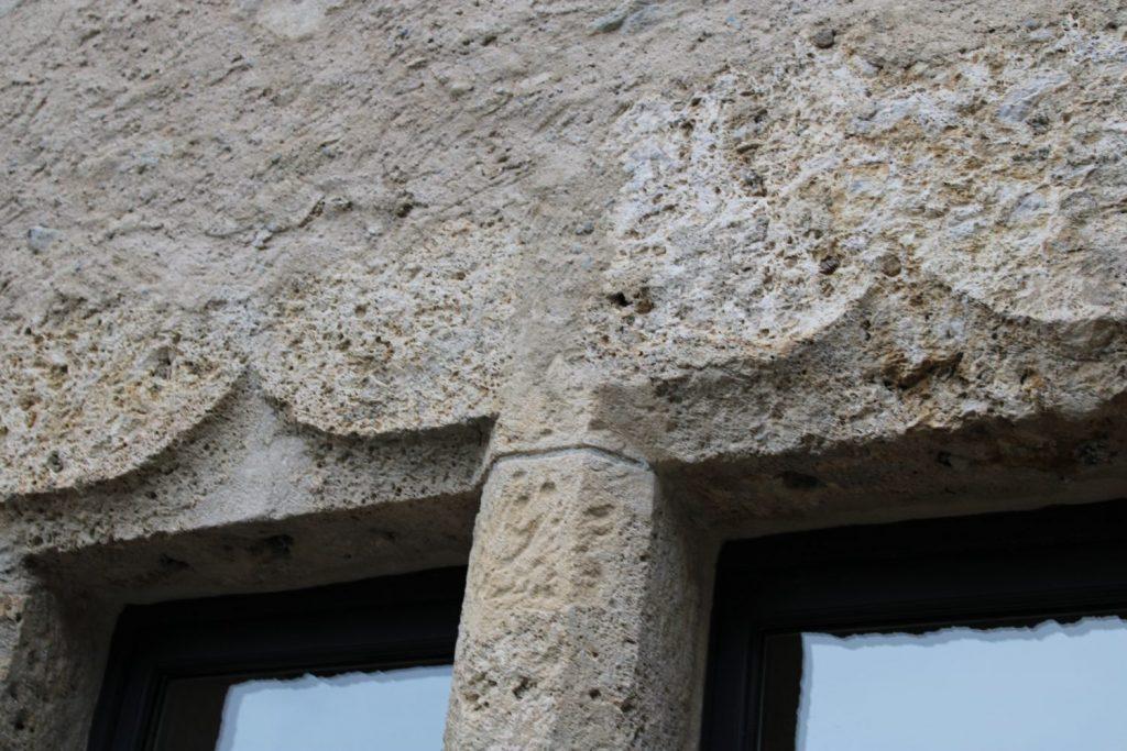 Linteaux en accolades à la maison forte de Saint-Gervais. Photo : 5e3, Jean-Jacques Gallay